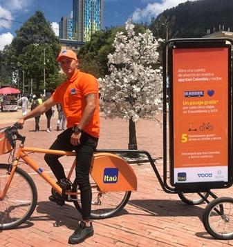 Bicivallas haciendo publicidad de marcas financieras como Itau
