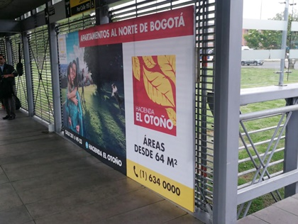 Bastidores en estaciones de Transmilenio para promoción de apartamentos