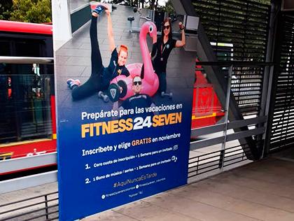 Publicidad de campaña Fitness en bastidor de estación de transmilenio