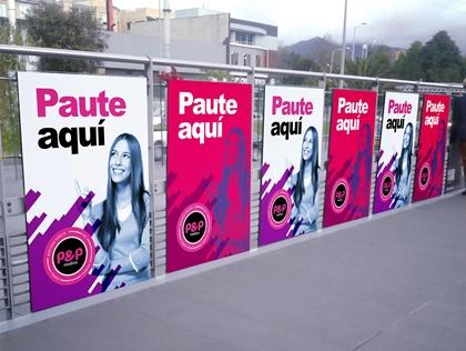 Pasillos de transmilenio con publicidad para todo tipo de marcas