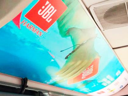 Publicidad de JBL en techos de buses de Transmilenio en Bogotá