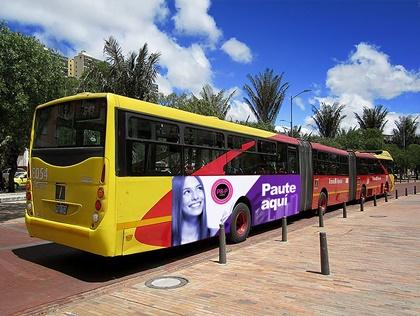 Publicidad al exterior de buses de biarticulados de Transmilenio en Bogotá