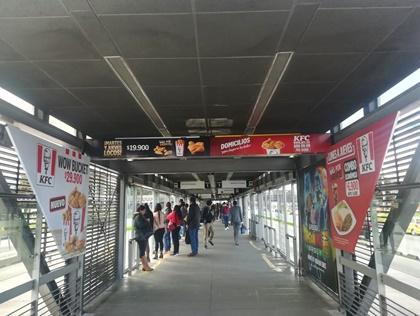 Publicidad en bastidores de acceso a vagones en estaciones de transmilenio