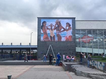 Formato gigante en fachadas de portales para publicidad de marcas