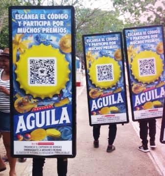 Marcas como Aguila se mueven por las calles por medios de popman u hombres valla de PyP Medios