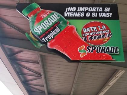 Bastidor colgante para publicidad de bebidas energizantes