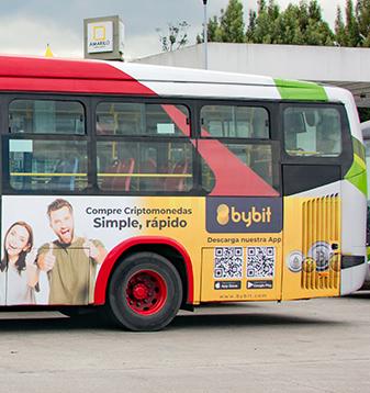 Publicidad en lateral exterior de bus de Transmilenio en Bogotá, realizada por PyP Medios