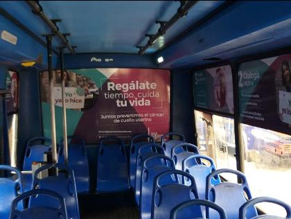 Publicidad de marca en el interior de un bus urbano