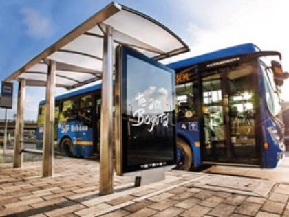 Publicidad en mupis con alta circulación vehicular y peatonal