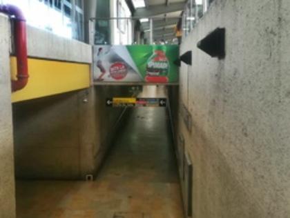Publicidad visible al bajar las escaleras en portales de Transmilenio