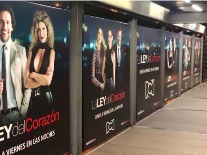 Publicidad de tele novelas en laterales de estaciones transmilenio