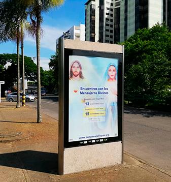 Muestra de mupi con marcas que se muestran a nivel nacional